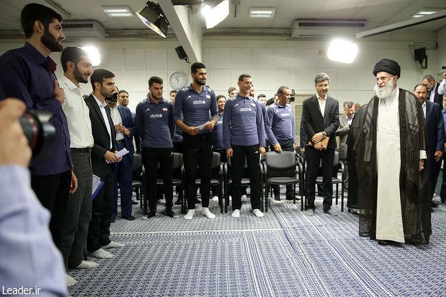 همیشه اعتقاد داشتهام که سرمربی ما باید ایرانی باشد/ به نخبگی قانع نباشید باید مرزهای دانش و فناوری را به پیش ببرید