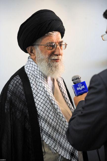 رهبر معظم انقلاب در هنگام ترخیص از بیمارستان و عیادت از آیت الله مهدوی کنی