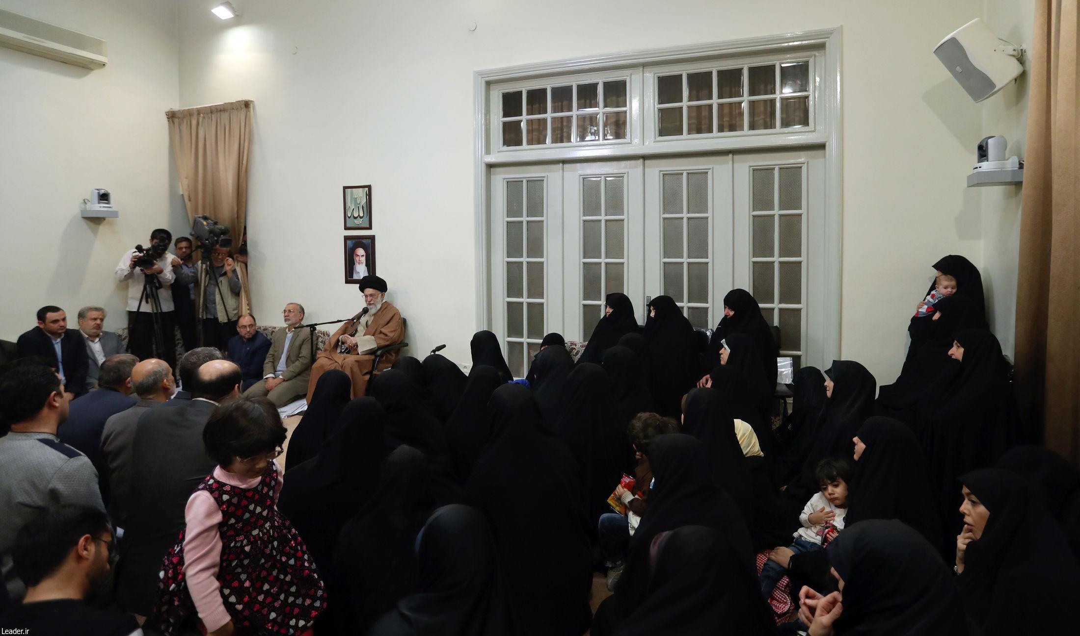 رهبر معظم انقلاب اسلامی در دیدار هفتگی با تعدادی از خانوادههای معظم شهیدان: روح شجاعت، فداکاری و ایمان مانع اعمال دشمنیِ دشمنان است