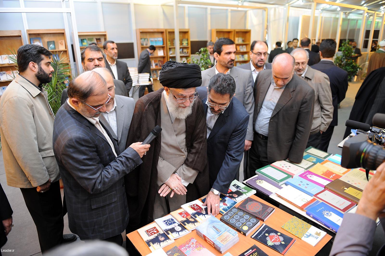 نمایشگاه کتاب با حضور رهبر کبیر این ملت