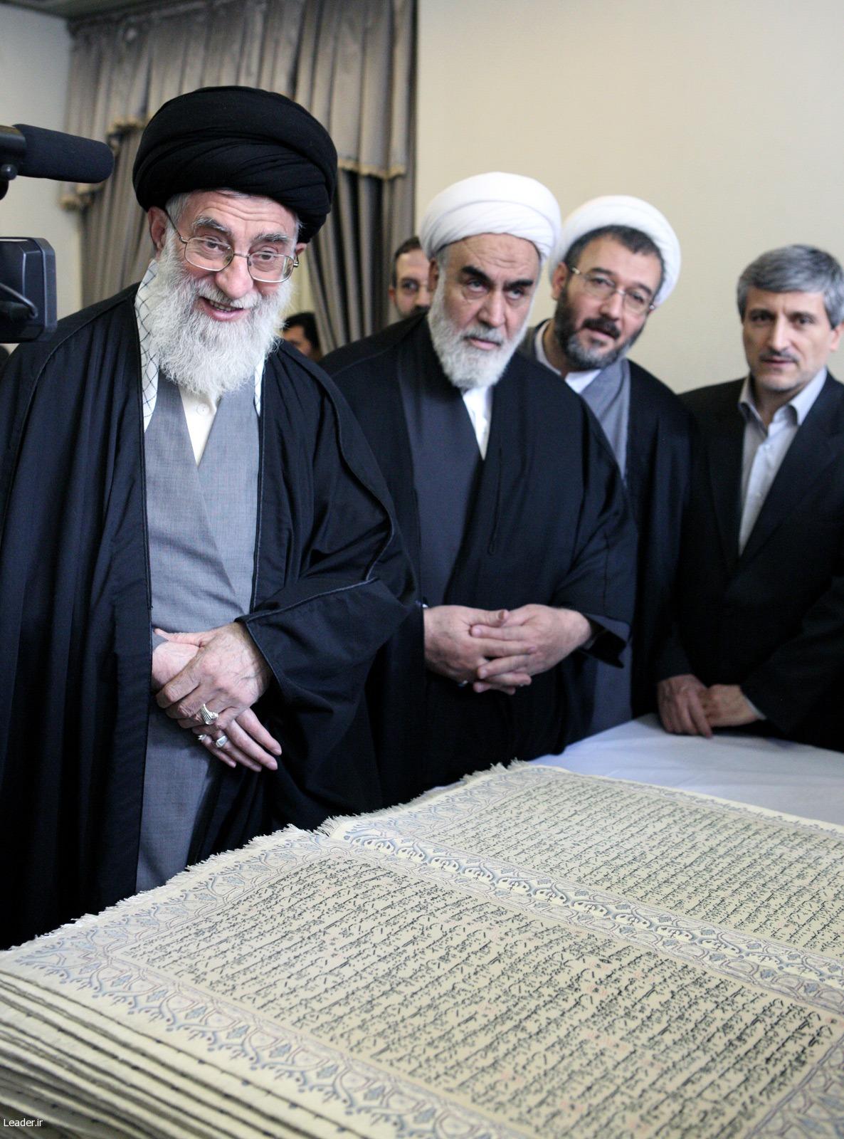 khamenei.ir حضرت آيتالله خامنهای اين فرش قرآنی نفيس را افتخاری ماندگار و يادگاری بسيار عظيم برای نظام جمهوری اسلامی دانستند. ile ilgili görsel sonucu